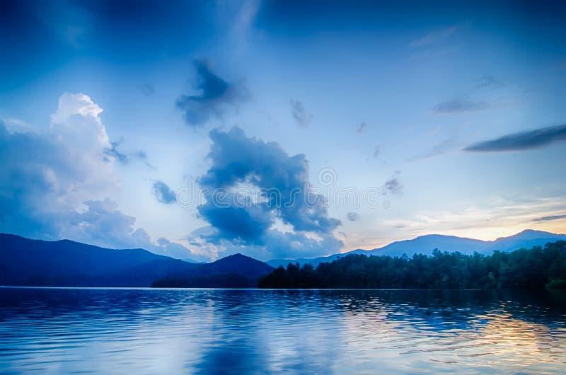 santeetlah do lago em grandes montanhas fumarentos North Carolina imagens de stock
