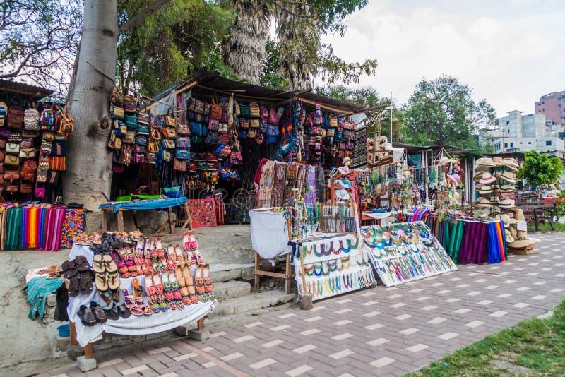 SANTIAGO ATITLAN, GUATEMALA - 23 DE MARZO DE 2016: Paradas del mercado del recuerdo en el villag de Santiago Atitlan foto de archivo