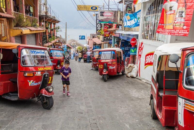 SANTIAGO ATITLAN, GUATEMALA - MAART 24, 2016: Rij van tuk tuks op een straat in Santiago Atitlan villag royalty-vrije stock afbeeldingen
