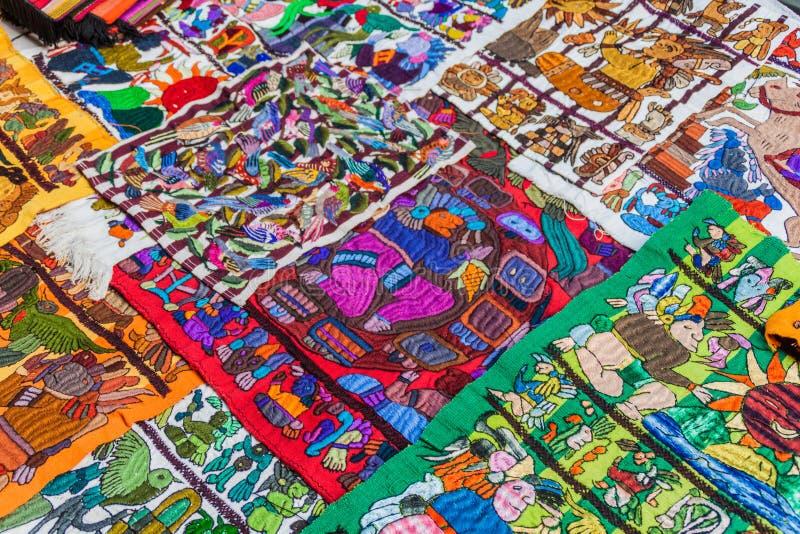 SANTIAGO ATITLAN, GUATEMALA - MAART 23, 2016: Traditionele lokale textiel bij een markt in Santiago Atitlan villag stock foto's