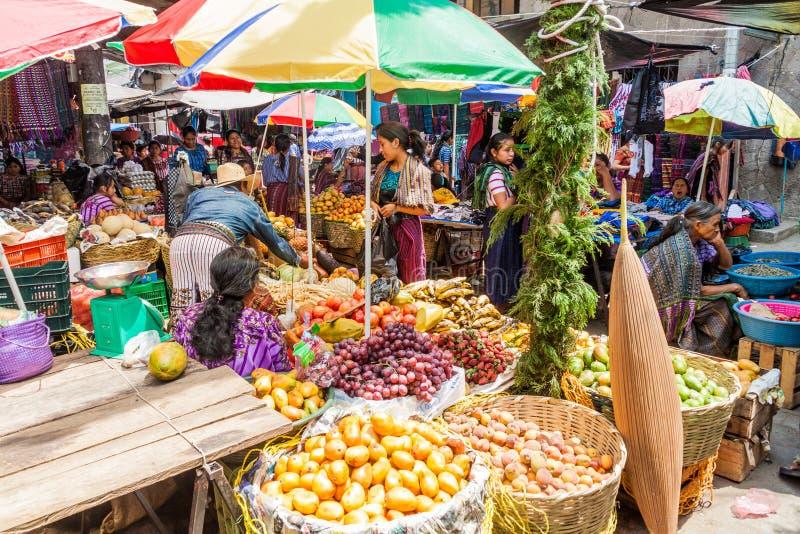 SANTIAGO ATITLAN, GUATEMALA - 24 MARS 2016 : Vue de marché de fruits et légumes de villag de Santiago Atitlan photographie stock libre de droits
