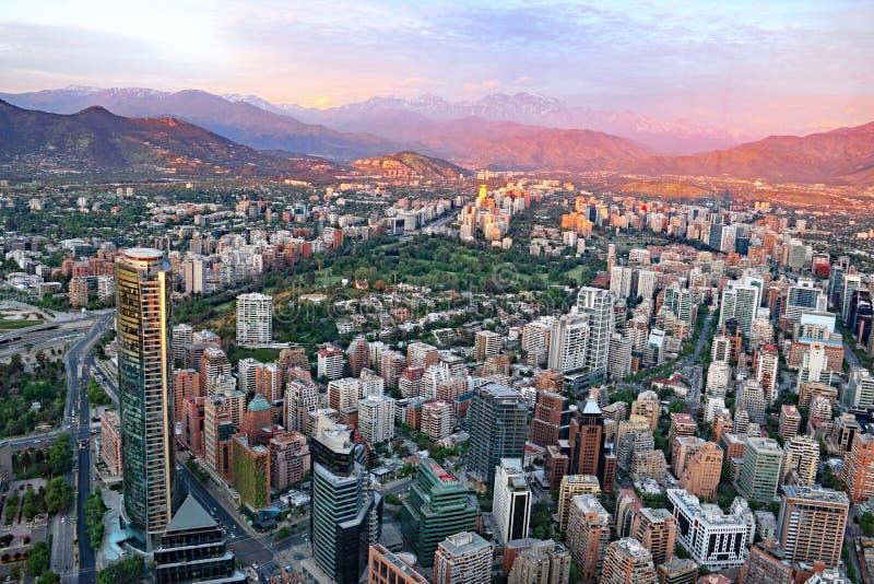 Santiago bei Sonnenuntergang mit den Anden stockfotos