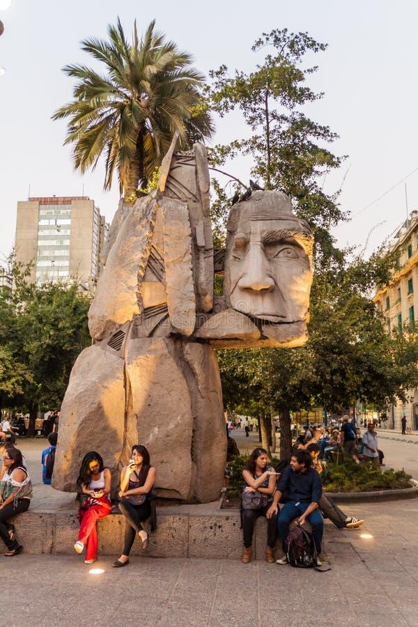 SANTIAGO, CHILE - 27 DE MARZO DE 2015: La estatua de Enrique Villalobos dedicó a los indígenas, Plaza de Armas imagen de archivo