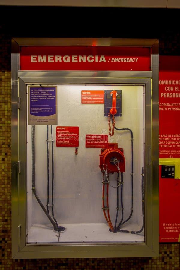 SANTIAGO, CHILE - 14 DE SEPTIEMBRE DE 2018: La vista de la caja de la emergencia dentro de un vidrio, romperse en caso de cualqui imagen de archivo libre de regalías
