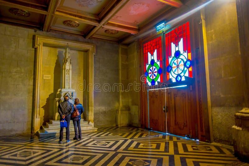 SANTIAGO, CHILE, EL 9 DE OCTUBRE DE 2018: Turistas que visitan dentro de la catedral de Santiago de Compostela, el destino final foto de archivo libre de regalías