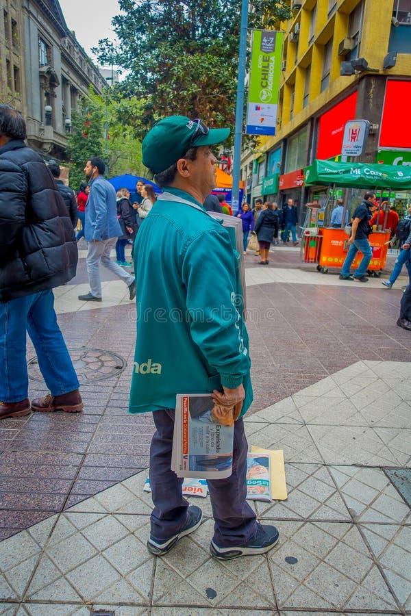 SANTIAGO CHILE, PAŹDZIERNIK, - 16, 2018: Plenerowy widok daje niektóre gazecie dla bezpłatnego w ulicach niezidentyfikowany mężcz zdjęcia royalty free