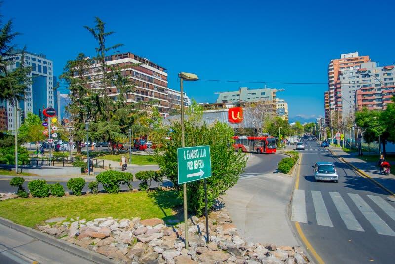 SANTIAGO CHILE, PAŹDZIERNIK, - 16, 2018: Plenerowy widok piękny centrum budynku tło centrum finansowe przy lasami zdjęcia royalty free