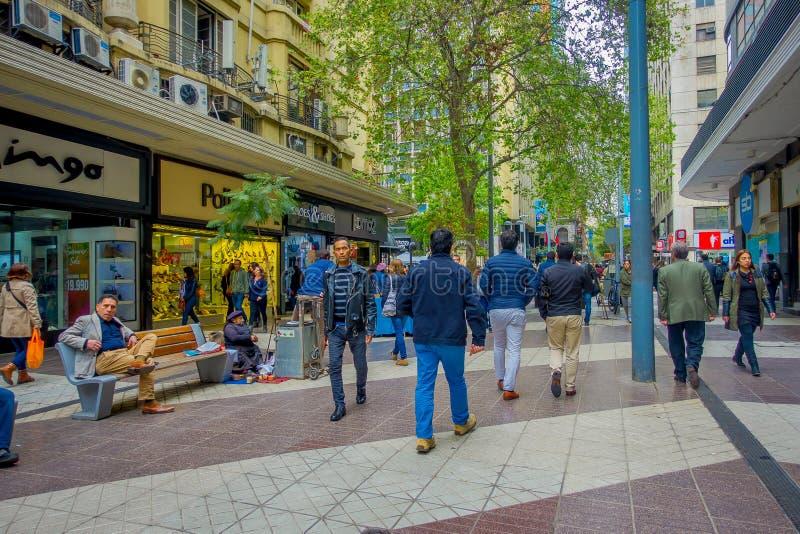 SANTIAGO CHILE, PAŹDZIERNIK, - 16, 2018: Plenerowy widok tłum ludzie chodzi w chodniczku w Santiago, Chile obraz stock
