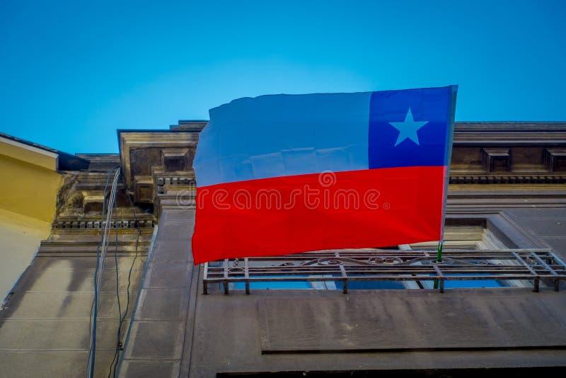 SANTIAGO CHILE - SEPTEMBER 13, 2018: Utomhus- sikt av den chilenska flaggan som hänger från en byggnad och vinkar i ett ursnyggt royaltyfri foto