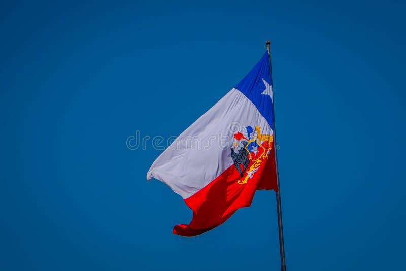 SANTIAGO CHILE - SEPTEMBER 13, 2018: Utomhus- sikt av den chilenska flaggan som vinkar i en ursnygg blusehimmelbakgrund i staden royaltyfria bilder