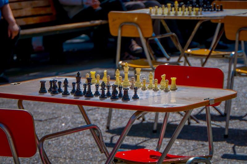 SANTIAGO CHILE - SEPTEMBER 14, 2018: Utomhus- sikt av ett tabellschack med alla stycken som lokaliseras på det fria i plazaen de arkivbilder
