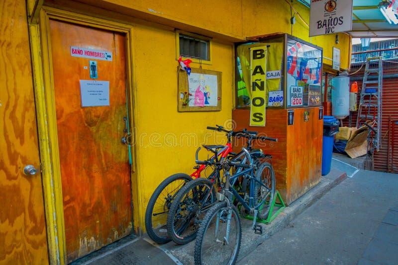 SANTIAGO CHILE, WRZESIEŃ, - 14, 2018: Plenerowi viewof rowery parkujący przy jawnymi łazienkami w ulicach na zewnątrz fotografia stock