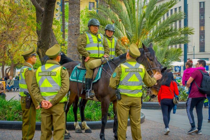 SANTIAGO CHILE, WRZESIEŃ, - 13, 2018: Plenerowy widok dzwoniący jako carabineros jedzie konia w dowtown miasto policja zdjęcia stock