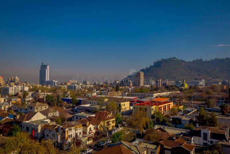 SANTIAGO CHILE, WRZESIEŃ, - 13, 2018: Plenerowy widok linia horyzontu Santiago de Chile przy foots Andes Halni obrazy stock