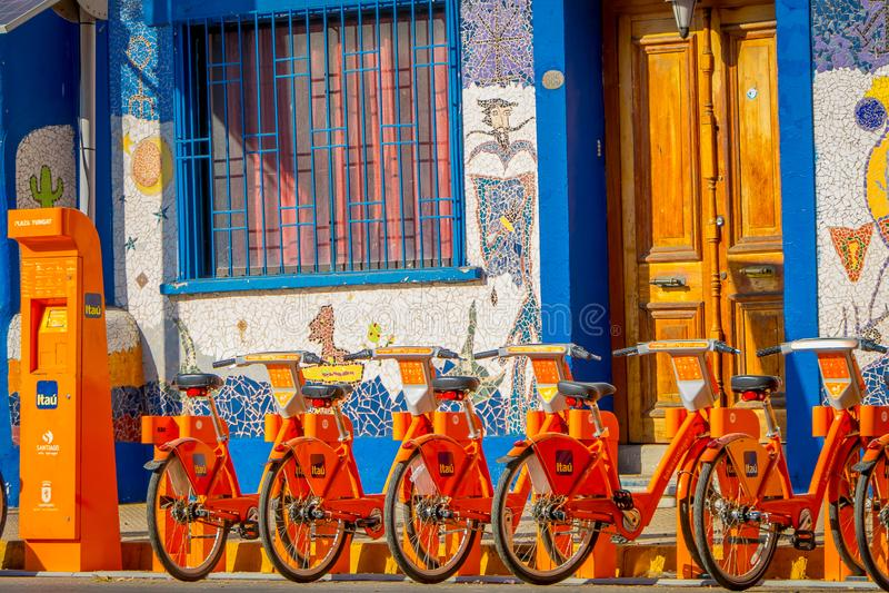 SANTIAGO CHILE, WRZESIEŃ, - 13, 2018: Plenerowy widok rowery parkujący z rzędu w centrum miasto w Santiago, Chile obraz stock
