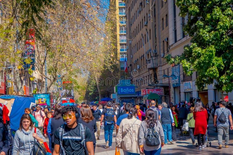 SANTIAGO CHILE, WRZESIEŃ, - 13, 2018: Tłum ludzie chodzi w ulicach w śródmieściu miasto Ten teren składać się z zdjęcie stock