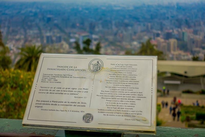SANTIAGO, CHILI - 16 OCTOBRE 2018 : Signe instructif de description de la statue de Vierge Marie sur le dessus du San photo libre de droits