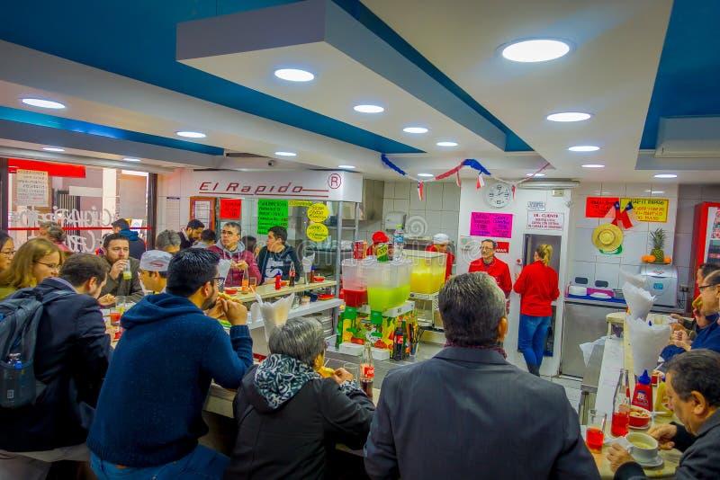 SANTIAGO, CHILI - OKTOBER 16, 2018: Binnenmening van mensen die die binnen van een restaurat eten in dowtown van Santiago wordt g stock foto