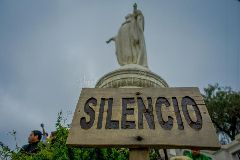 SANTIAGO, CHILI - OKTOBER 16, 2018: Niet geïdentificeerde mensen die dicht bij het standbeeld van Maagdelijke Mary op de bovenkan stock afbeeldingen