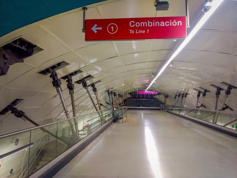 SANTIAGO, CHILI - SEPTEMBER 14, 2018: Binnenmening van details van bouw binnen van station in lijn 6 geopend stock fotografie
