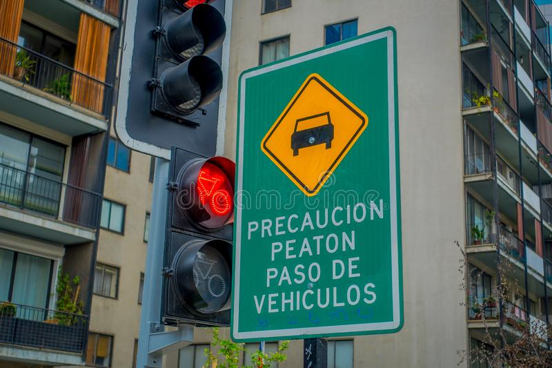 SANTIAGO, CHILI - SEPTEMBER 14, 2018: Informatief teken dicht bij een rood verkeerslicht in het centrum van Santiago royalty-vrije stock afbeelding
