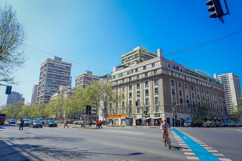 SANTIAGO, CHILI - SEPTEMBER 13, 2018: Sommige auto's die voor oude gebouwen in Barrio Lastarria in Santiago doorgeven stock foto