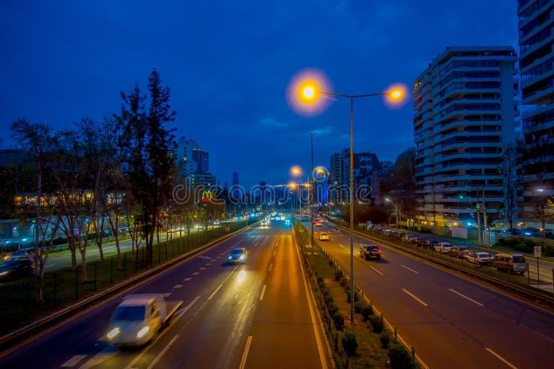 SANTIAGO, CHILI - 14 SEPTEMBRE 2018 : Au-dessus de la vue de nuit du bel horizon de Santiago de Chile avec le bureau moderne photographie stock