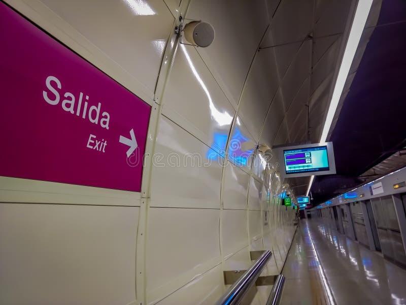 SANTIAGO, CHILI - 14 SEPTEMBRE 2018 : Vue d'intérieur du signe instructif de la sortie situé dans l'intérieur de mur de la statio images stock