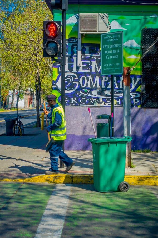 SANTIAGO, CHILI - 17 SEPTEMBRE 2018 : Vue extérieure d'homme non identifié portant l'uniforme vert et balayant les rues photo libre de droits