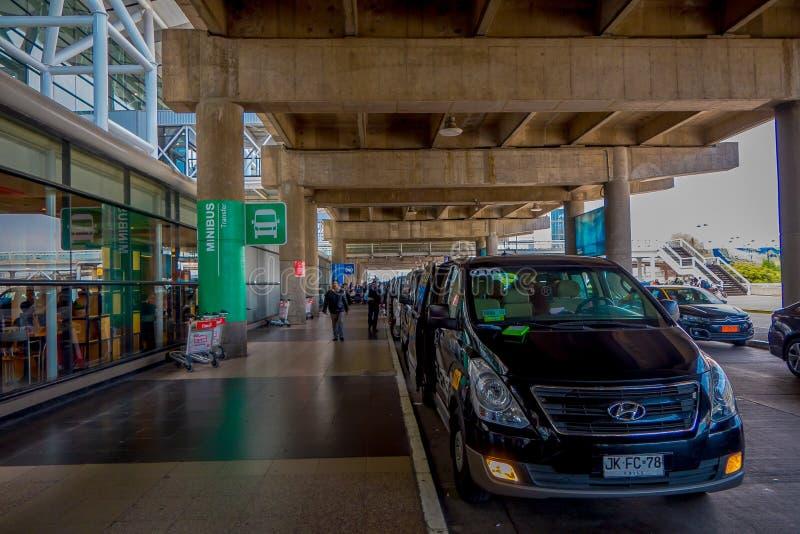 SANTIAGO, CILE - 13 SETTEMBRE 2018: La vista all'aperto di molti minibus ha parcheggiato all'introduzione dell'aeroporto non iden fotografia stock libera da diritti