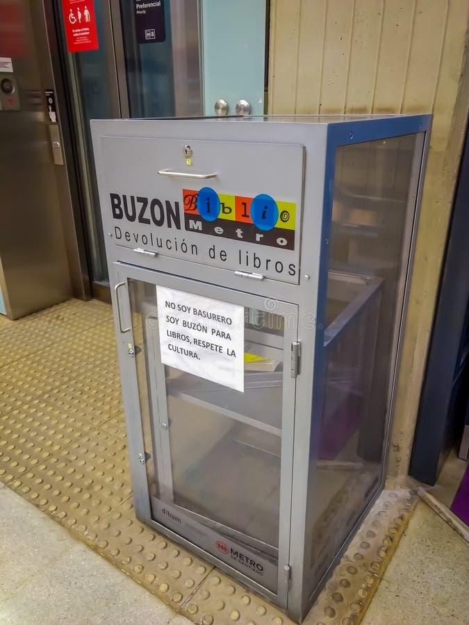 SANTIAGO, CILE - 14 SETTEMBRE 2018: Vista dell'interno della cassetta delle lettere usata per devoluzione dei libri dentro della  fotografia stock