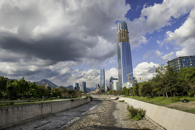 Download Santiago Cityscape Med Härliga Fjäderoklarheter Arkivfoto - Bild av flod, natur: 27277984