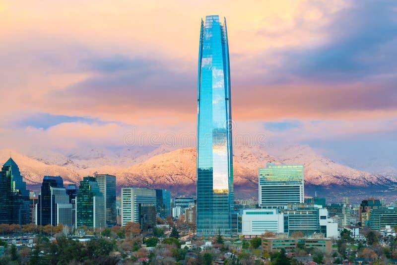 Santiago de Chile med berg för Los Anderna i baksidan royaltyfri bild