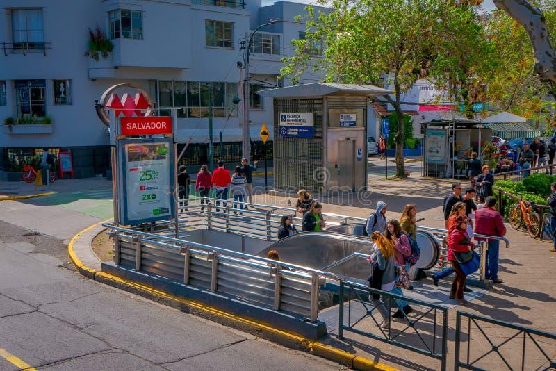 SANTIAGO DE CHILI, CHILI - 16 OCTOBRE 2018 : La vue extérieure des personnes à l'aide des escaliers a ensuite employé la station  photographie stock libre de droits