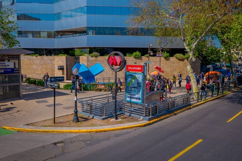 SANTIAGO DE CHILI, CHILI - 16 OCTOBRE 2018 : La vue extérieure des personnes à l'aide des escaliers a ensuite employé la station  photos libres de droits