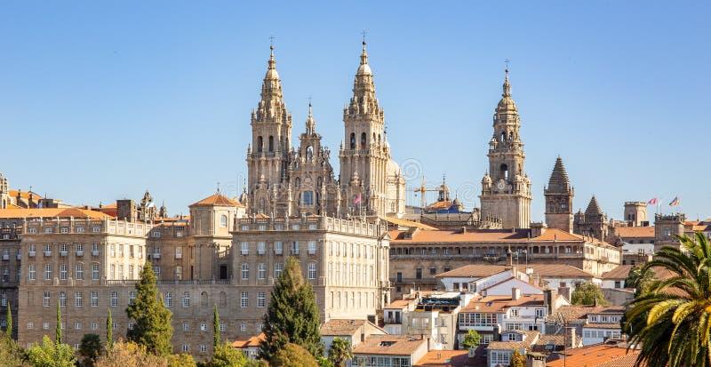 Santiago de Compostela-Ansicht und überraschende Kathedrale von Santiago de Compostela mit der neuen wieder hergestellten Fassade stockbild