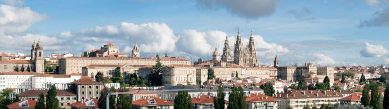 Santiago de Compostela bred panoramautsiktdomkyrka med den nya återställda fasaden Hög resoluti royaltyfri foto