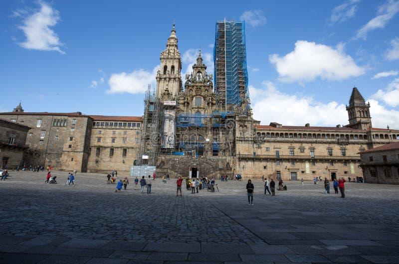 Santiago de Compostela Cathedral en el cuadrado de Obradoiro con la fachada en la restauración, en Santiago de Compostela, Galici imagen de archivo libre de regalías
