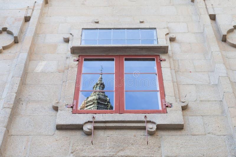 Santiago de Compostela Cathedral i ett fönster royaltyfri bild