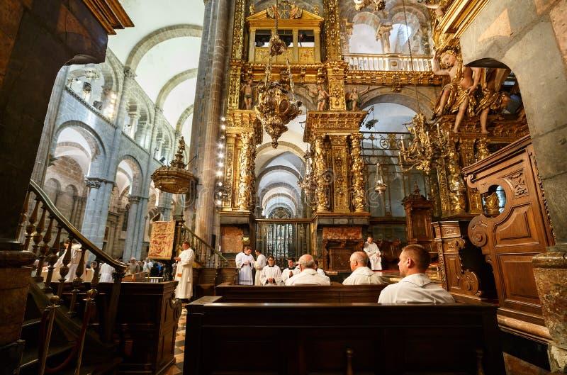 SANTIAGO DE COMPOSTELA, ` a ESPAÃ - 23-ье июля 2014 - собор Santiago de Compostela за моменты до botafumeiro летая стоковое изображение rf