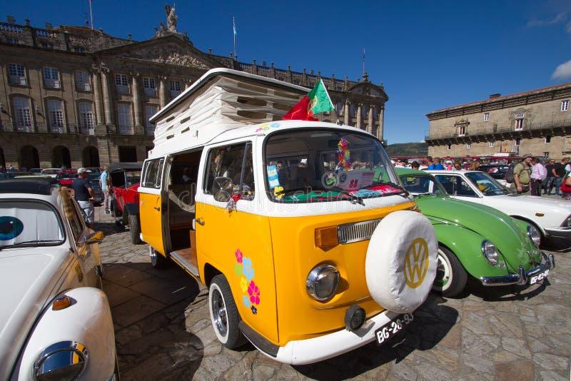 Santiago de Compostela Galicia, Spanien; september 22 2018: Gul och vit tappningvolkswagen skåpbil under bilshow arkivfoto