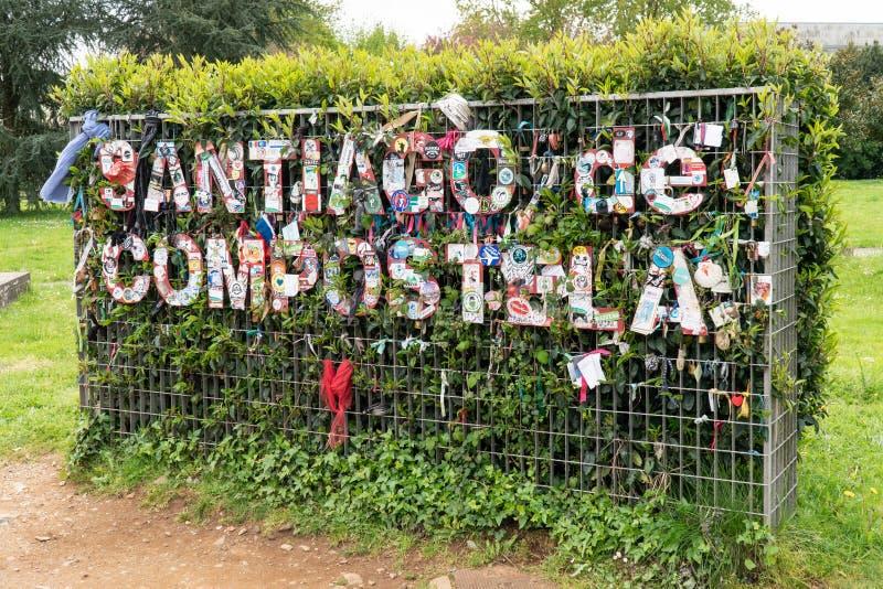 Santiago de Compostela tecken p? den vegetal v?ggen arkivbild