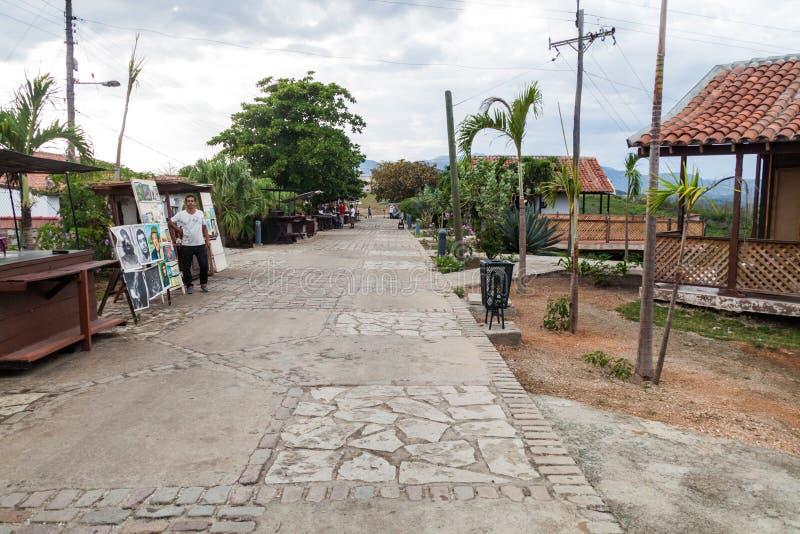 SANTIAGO DE CUBA, CUBA - 1 DE FEBRERO DE 2016: Paradas del recuerdo en la entrada al castillo San Pedro de la Roca del Morr foto de archivo