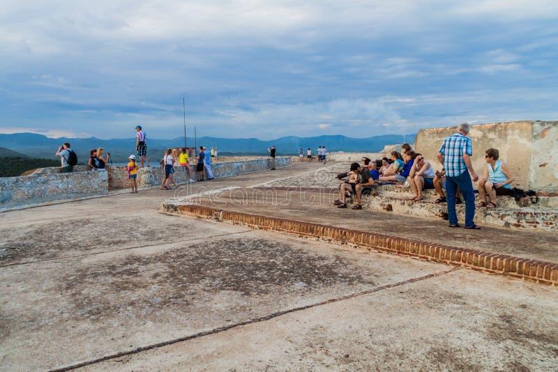 SANTIAGO DE CUBA, KUBA - 1. FEBRUAR 2016: Touristen besuchen das Schloss San Pedro de la Roca del Morro, Santiago de Cuba, CUB stockfotografie