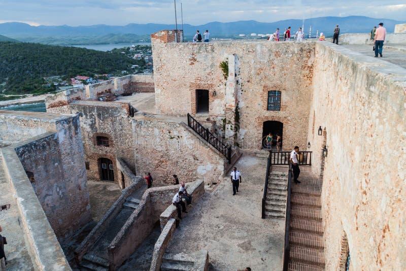 SANTIAGO DE CUBA, KUBA - 1. FEBRUAR 2016: Touristen besuchen das Schloss San Pedro de la Roca del Morro, Santiago de Cuba, CUB lizenzfreie stockfotos