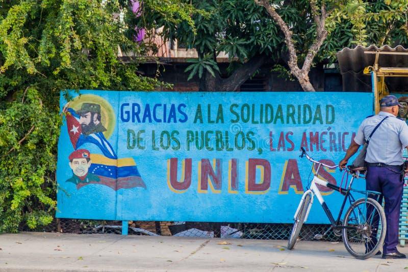 SANTIAGO DE CUBA KUBA - FEBRUARI 6, 2016: Propagandaaffischtavla i Santiago de Cuba Det säger: Tacka dig för solidaritetnollan arkivfoton