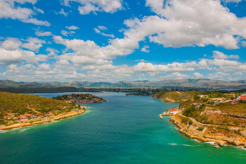 Santiago de Cuba, Cuba : Vue panoramique de l'entrée de baie de Santiago de Cuba Belle couleur de turquoise de l'eau photographie stock libre de droits