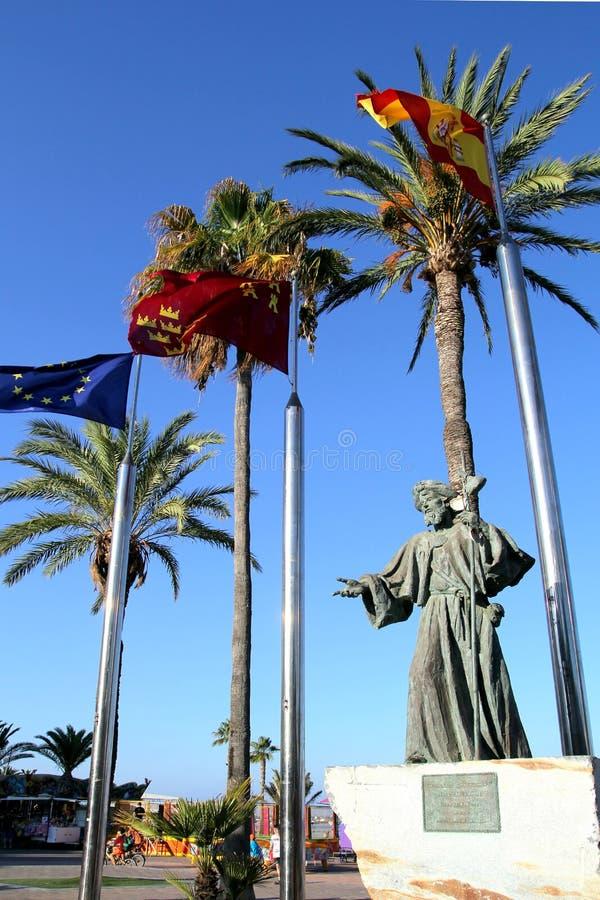 Santiago de la Ribera, Múrcia, Espanha - 31 de julho de 2018: A estátua 'homenagem ao peregrino ', por Juan Jose Quiros, na barra imagens de stock royalty free
