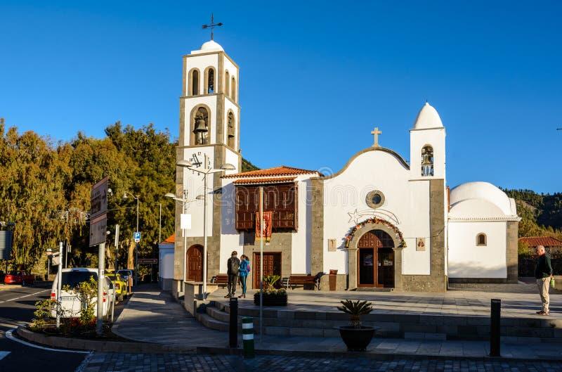 SANTIAGO DEL TEIDE, CANÁRIO, ESPANHA o quadrado da cidade de Santiago del Teide, a ilha de Tenerife Ilhas Canárias imagem de stock royalty free
