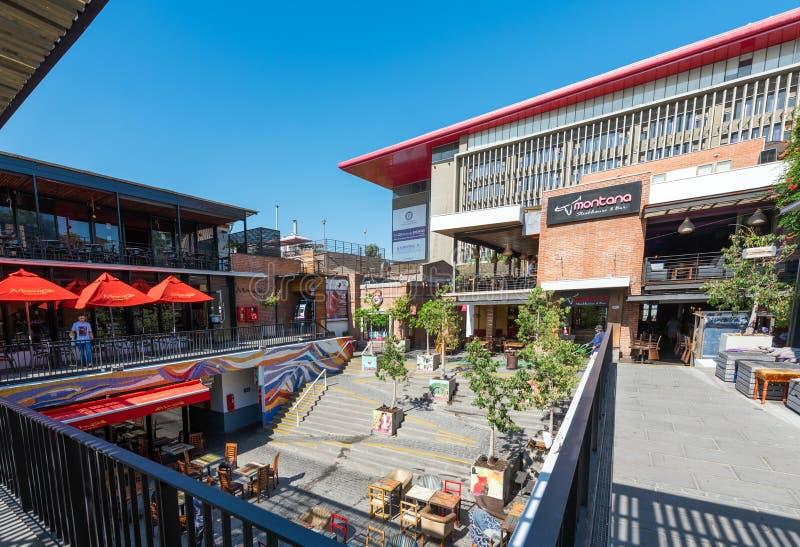 SANTIAGO, O CHILE - 10 DE JANEIRO DE 2018: Café exterior do pátio Copie o espaço para o texto imagem de stock royalty free